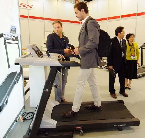 圖2:台北國際體育用品展廠商推出結合辦公桌的跑步機。圖為鉅高AERO WALK桌型智能跑步機。
